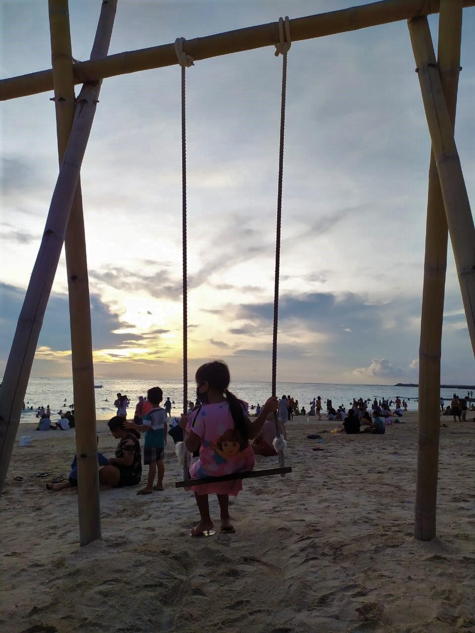 Ayunan Senja di Pantai Kelan