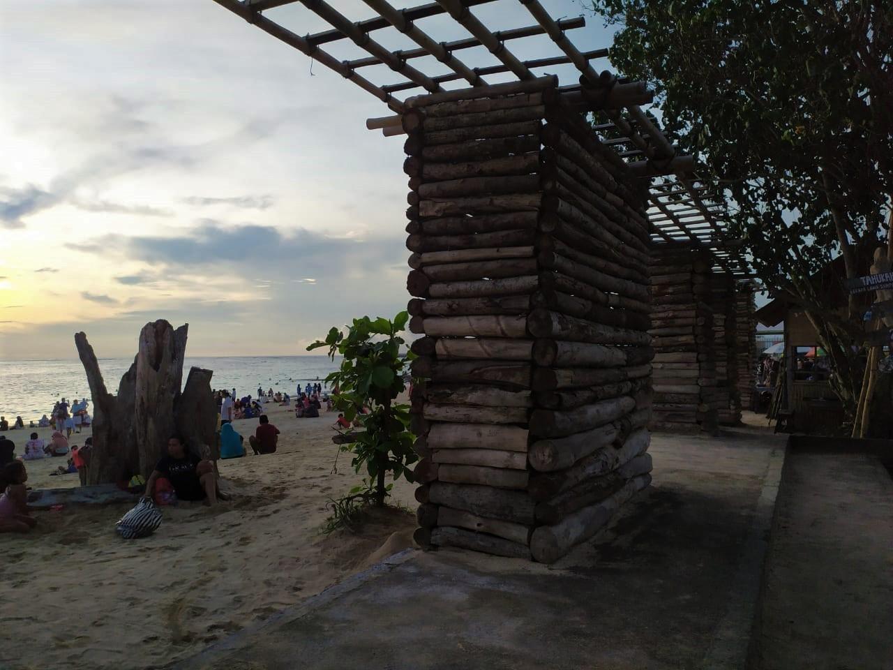 Gerbang Kayu Pantai Kelan