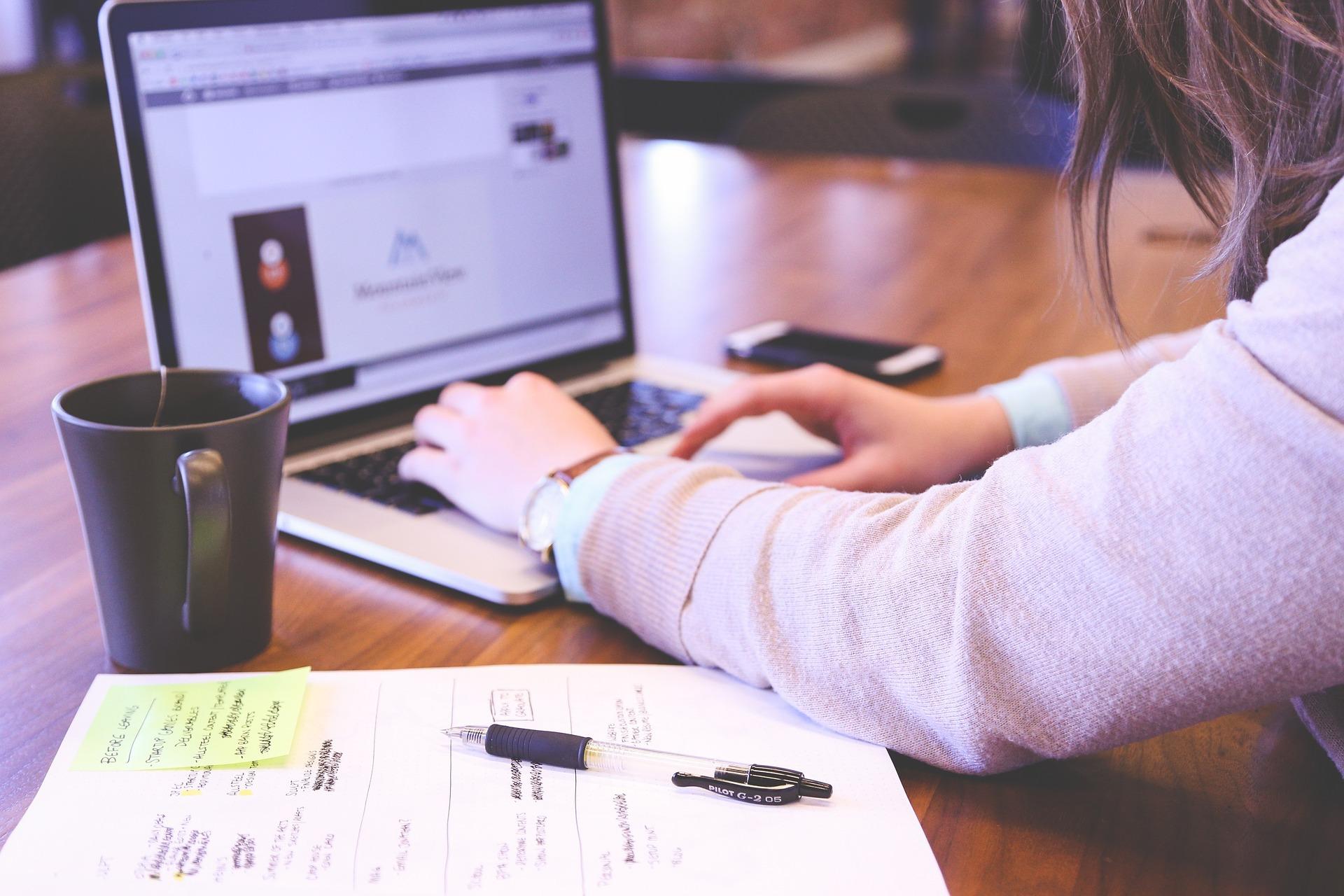 tugas kuliah di laptop