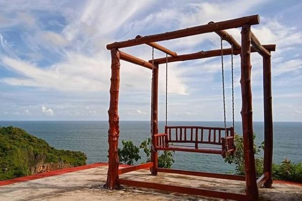Melihat sunset terbaik dengan duduk berswing ria di ayunan kayu puncak segoro